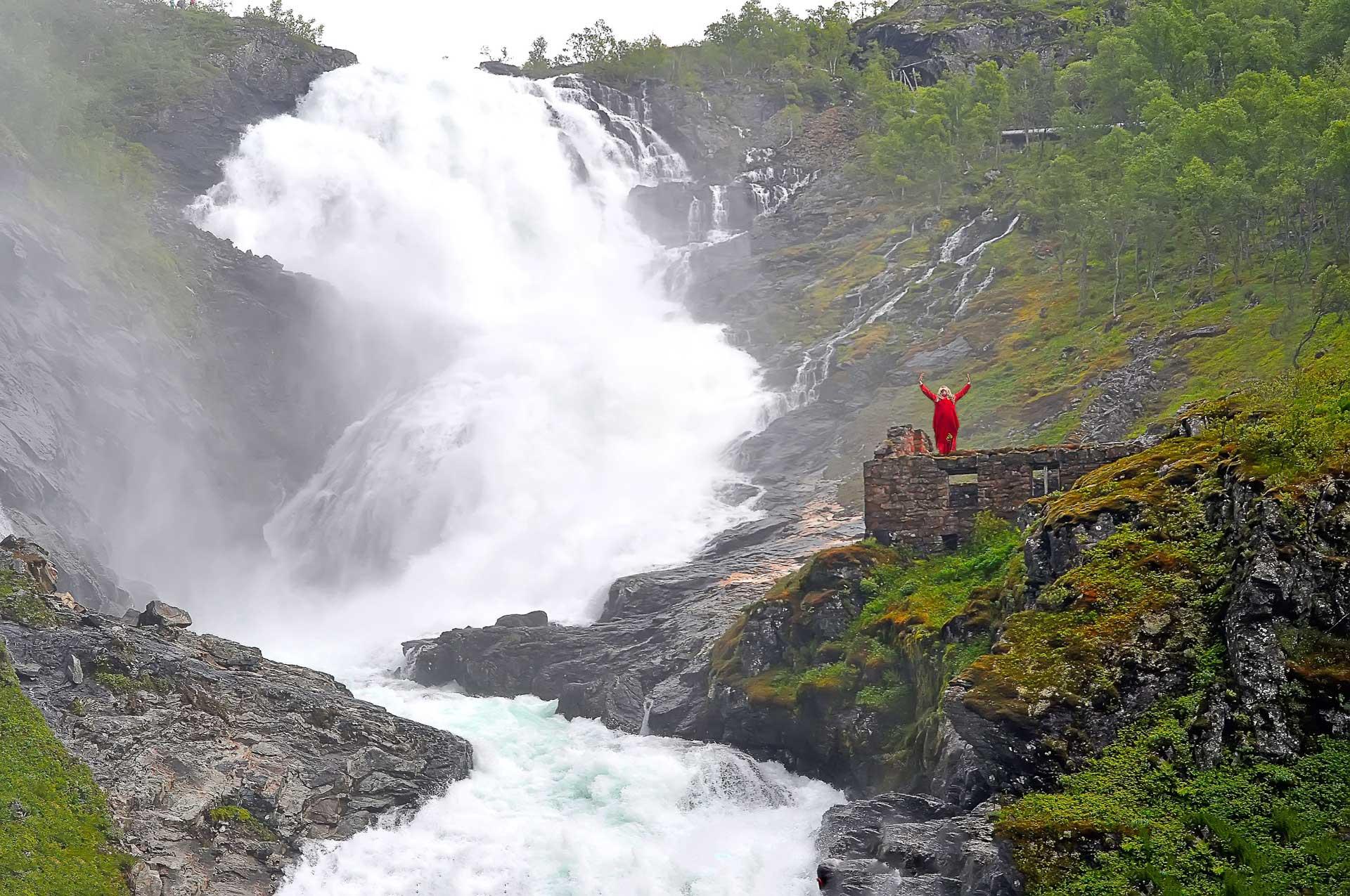 who is the  u0026 39 dancing waterfall woman u0026 39  of norway u0026 39 s fl u00e5m railway