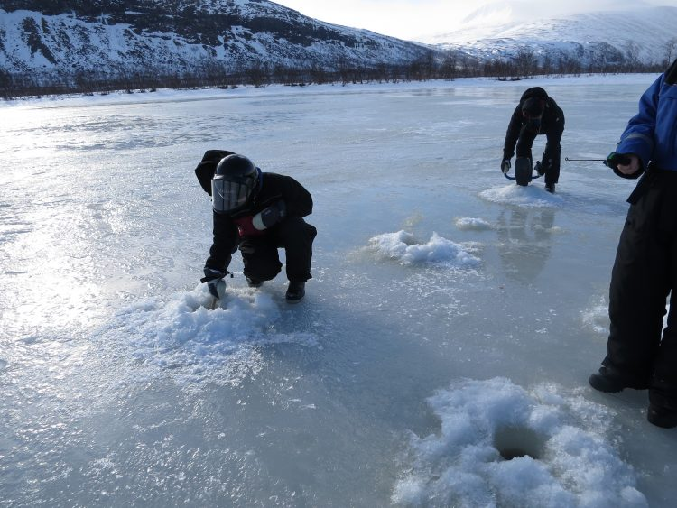Ice fishing in Nikkaloukta