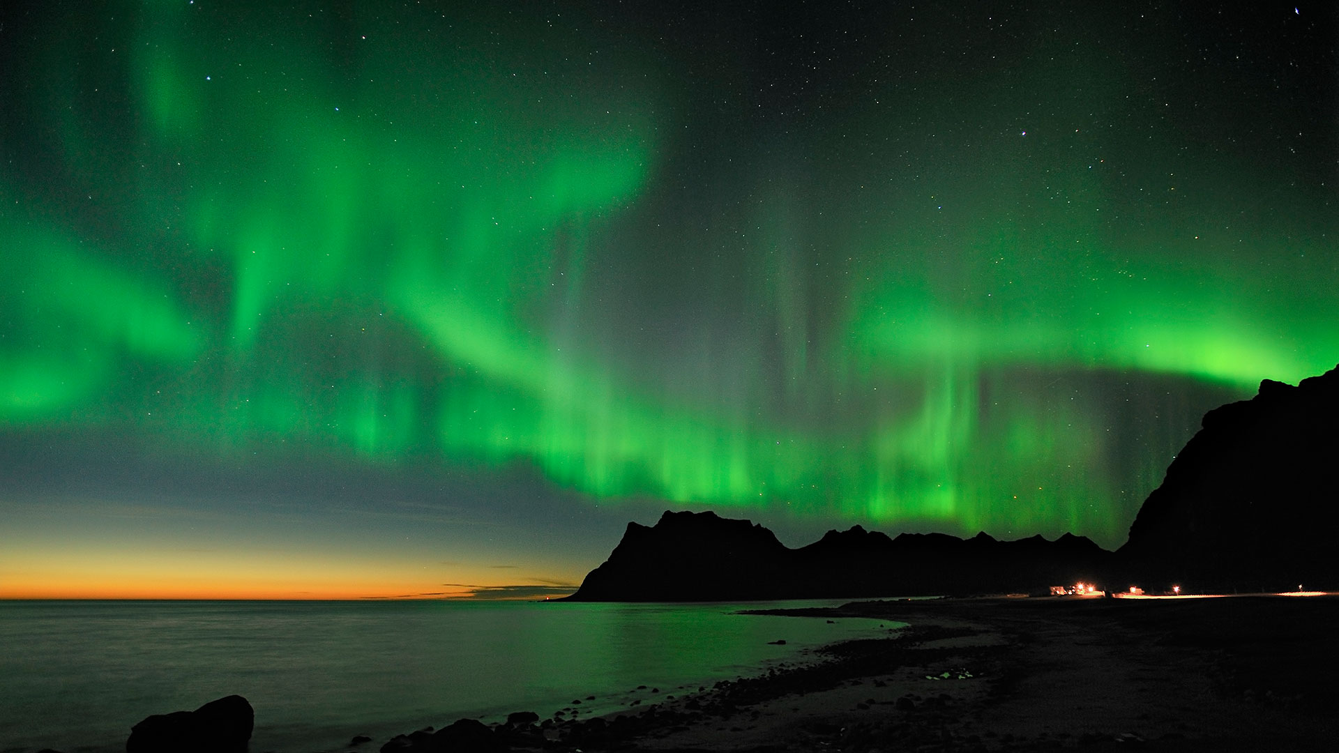 Northern lights over the Lofoten Islands in Norway - Photo: visitnorway.com/Bjorn Jorgensen