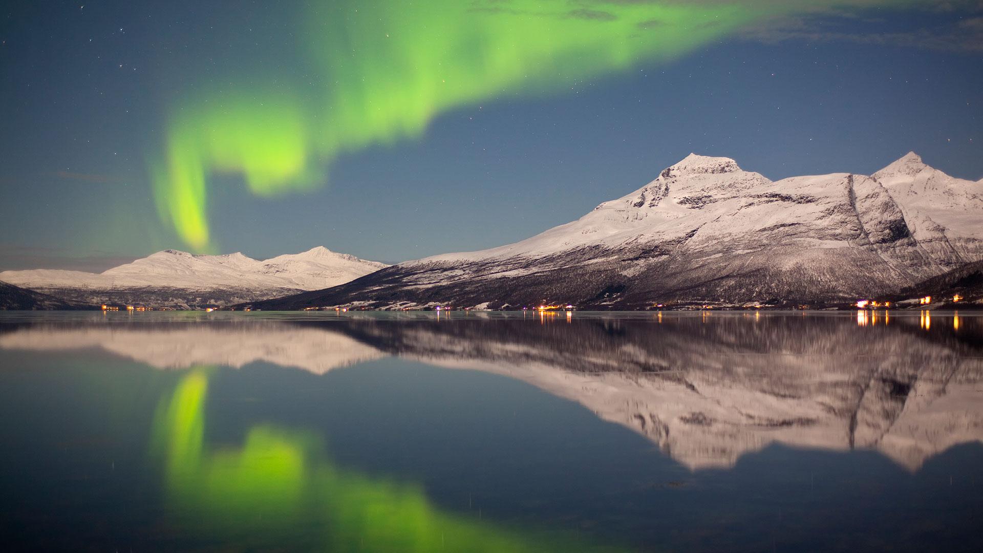 tromso aurora break - huskies and snowmobiles